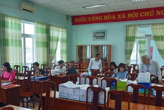 Hội đồng thẩm định đang chấm thẩm định lại các bài kiểm tra của khối 6, trường THCS Nguyễn Thái Bình