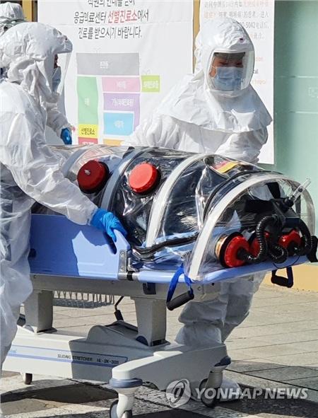Một bệnh nhân nghi nhiễm virus Covid-19 được đưa đến bệnh viện ở thành phố Cheongdo.