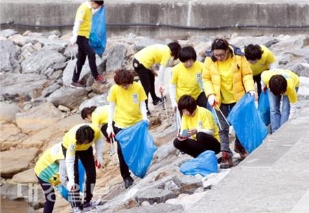 Các tín đồ của giáo phái Shincheonji trong một hoạt động tình nguyện đi thu gom rác.