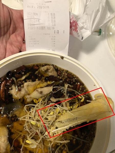 Gọi đồ ăn về nhà, hai vợ chồng tá hỏa phát hiện có 'khẩu trang luộc' bên trong, nhà hàng sau khi nhận lỗi lại đột nhiên trở mặt 1
