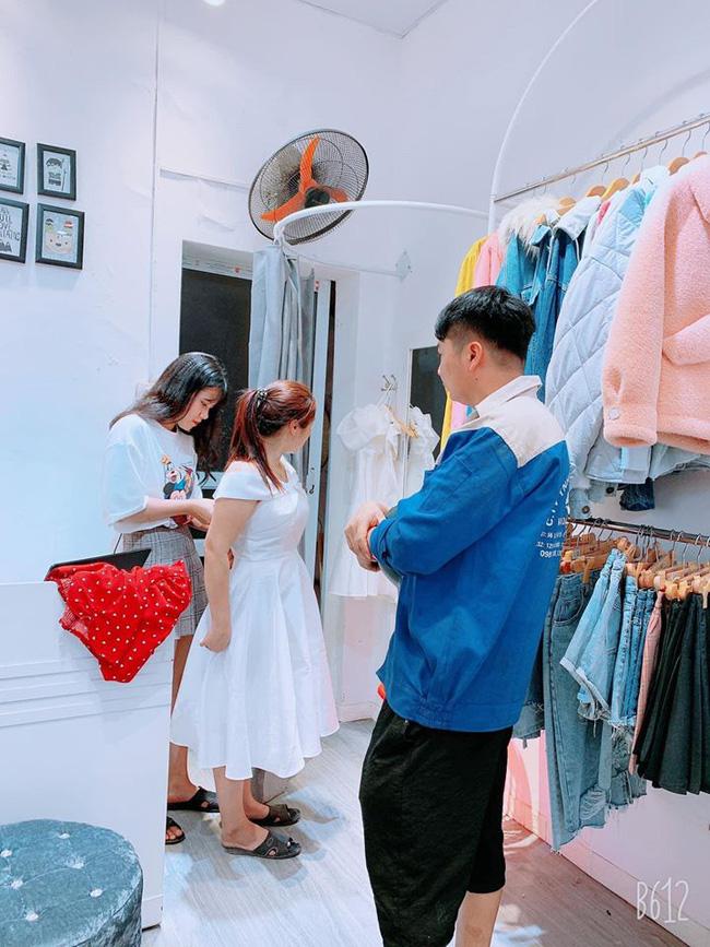 Anh Đạt Phong tự mình đưa vợ đi mua váy khi vừa lĩnh lương xong.