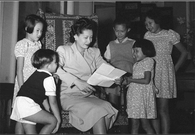 Nam Phương Hoàng hậu và 5 người con.