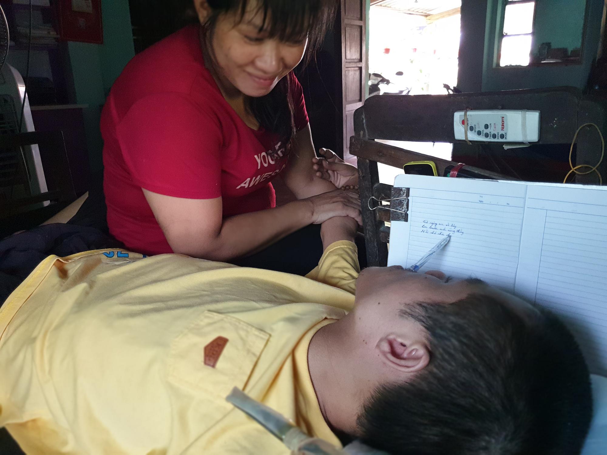 Cảm thông hoàn cảnh của anh Phạm Sỹ Long, chị Võ Thị Hồng Thu đã vượt hơn 1.500km để chăm sóc anh. Ảnh: Sơn Nguyễn.