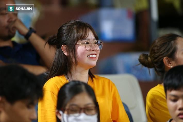 Thay vì ngồi ở khu VIP, bạn gái Quang Hải chọn ngồi riêng ở một góc khán đài A cùng người thân.
