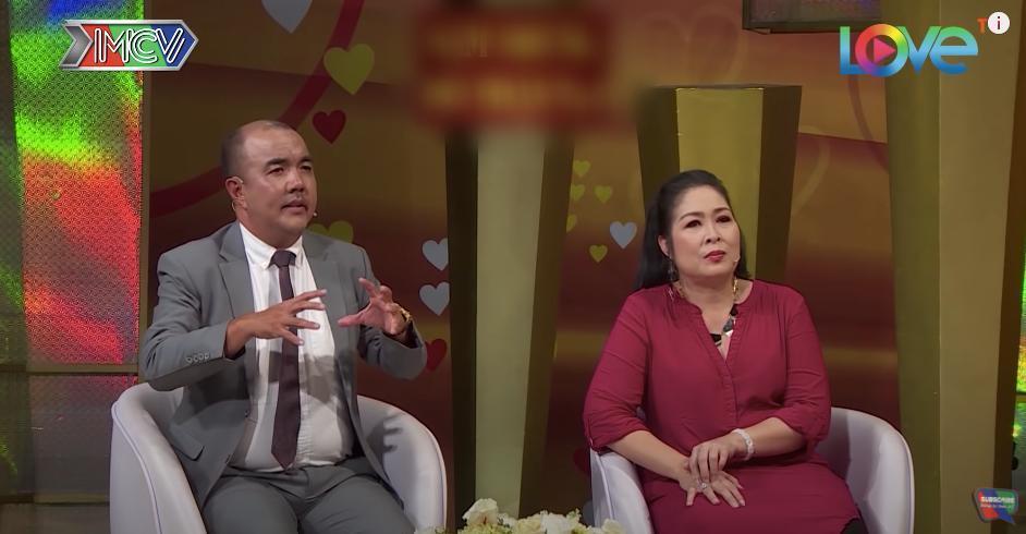 Hai MC Hồng Vân - Quốc Thuận.