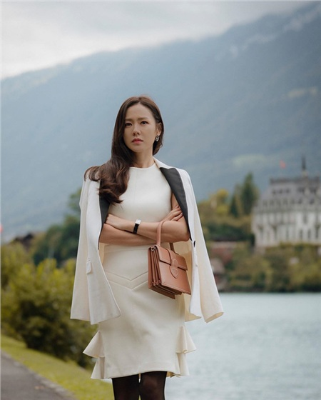 Set đồ gồm váy liền dáng bút chì + blazer của Son Ye Jin chính là một gợi ý tuyệt vời cho nàng công sở. Combo váy áo này đủ thanh lịch, trang nhã mà nét sang trọng cũng là điều không thể phủ nhận.