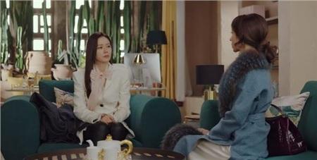 Chiếc nơ voan hồng chính là điểm nhấn đắt giá giúp đồ của Son Ye Jin thêm yêu kiều, và ánh lên vẻ thượng lưu, quý tộc.