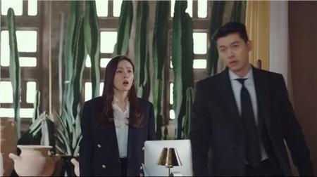 Dù áp dụng công thức áo sơ mi trắng + blazer đen rất cơ bản, set đồ của Son Ye Jin vẫn quá sức thu hút với vẻ tinh tế, sang trọng; tất cả là nhờ chiếc áo sơ mi với phần cổ xếp diềm, cộng thêm hai hàng khuy áo vàng ánh kim cực sang chảnh.