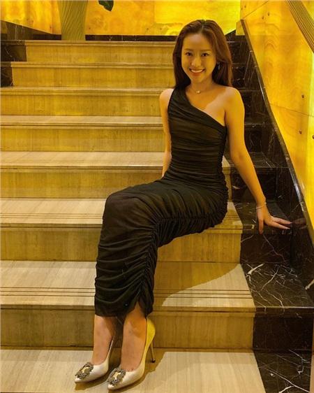 Thúy Vi diện váy ôm dài lệch vài màu đen với chất liệu vải nhún trong hình ảnh hậu Valentine's day update trên facebook