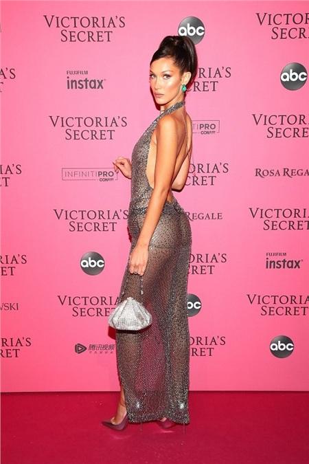 Vòng 3 căng đầy với dáng quần thongs hai dây được Bella mặc bên trong chiếc váy xẻ bạc lấp lánh.