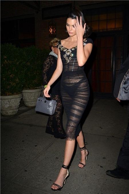 Kendall Jenner diện váy sheer mỏng tang xuyên thấu lộ nội y màu đen bên trong, màu của quần nội y bên trong vô cùng tiệp với màu chiếc váy chứ không phải là các gam màu khác