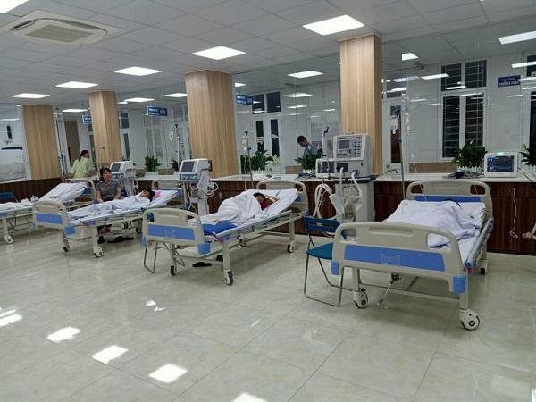 Các em học sinh trường tiểu học Quốc Tuấn nhập viện sau khi uống nước giải khát Warrior Sirawberry - Ảnh: Người Đưa Tin