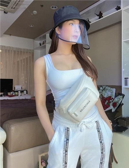 Thời trang sao Việt mùa dịch COVID-19: Hari Won chất không tưởng, Ngọc Trinh hở bạo bất chấp 11