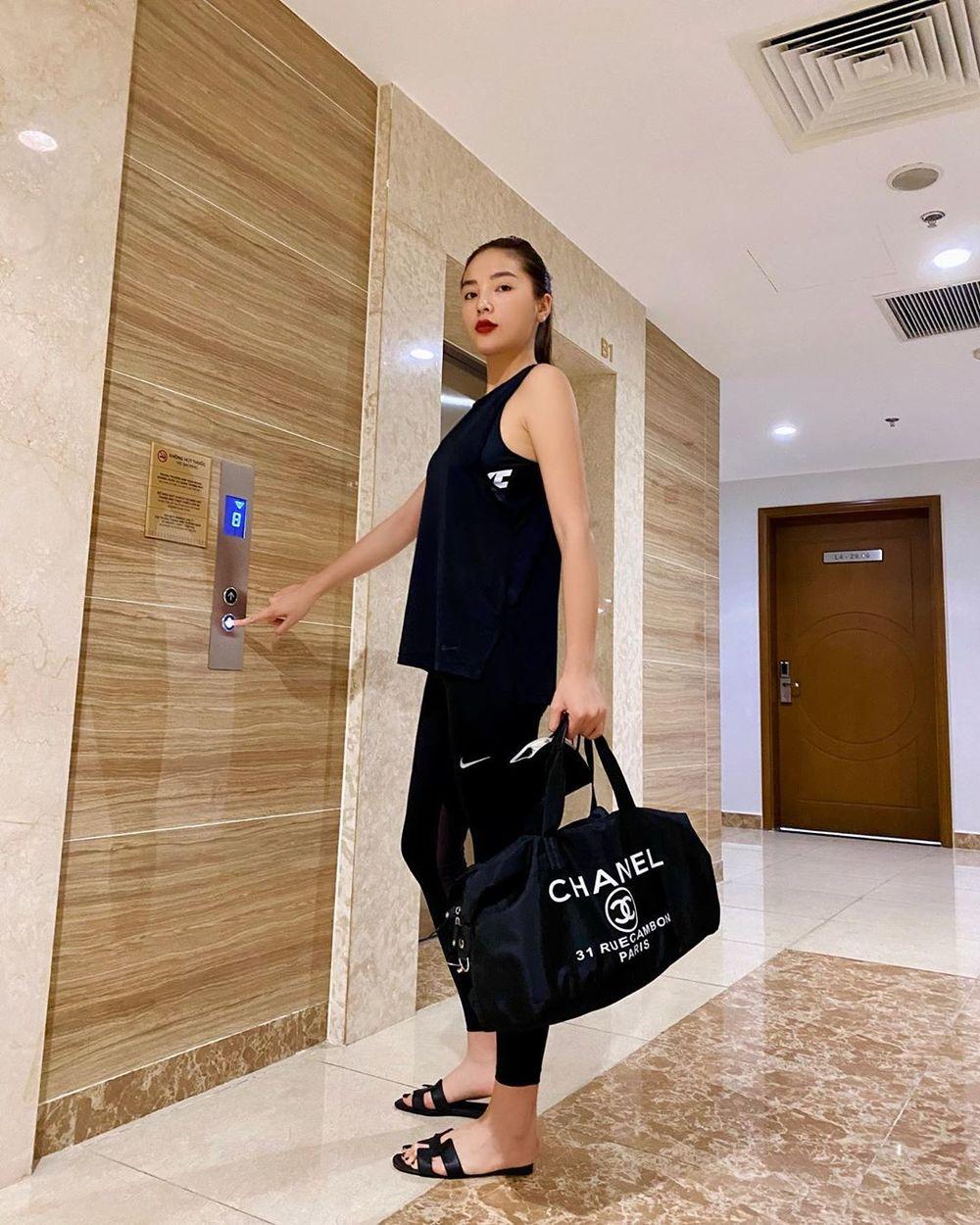 Bộ đồ tập gym của Kỳ Duyên tưởng đơn giản nhưng cũng có sự hóp mặt của loạt phụ kiện giá trên trời, rẻ nhất là đôi dép lê Hermes hơn 15 triệu, trên tay là túi Chanel vải dù dáng thể thao giá gần 100 triệu.