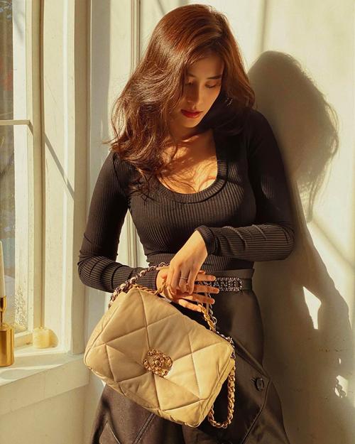Ngay từ những ngày đầu tiên ở nhà Đông Nhi đã khoe khéo túi hiệu đắt đỏ. Bà xã Ông Cao Thắng chịu chi khi sắm chiếc Chanel 19 đang gây sốt với giá khoảng 130 triệu đồng, cô còn khoe thêm túi Dior hồng phấn cũng khoảng 100 triệu đồng khi chụp ảnh sống ảo tại nhà.