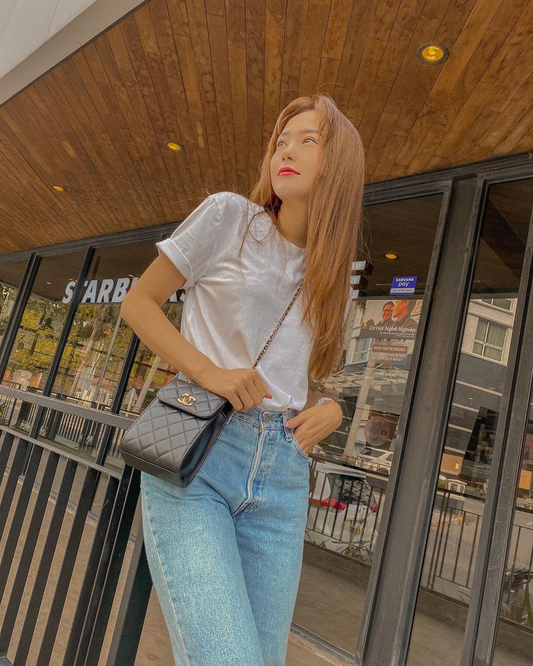 Minh Hằng chỉ 'ăn vận' đơn giản với áo phông trắng trơn và quần jeans basic nhưng cũng diện túi Chanel mini giá gần 40 triệu.