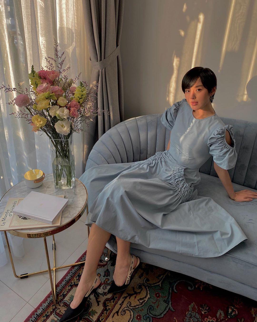 Khánh Linh lại tiếp tục trở thành idol cách ly của hội chị em. Cô nàng hết hướng dẫn chụp ảnh sống ảo tại nhà lại khoe style điệu đà nữ tính ai nhìn cũng mê. Đôi slingback Dior giá khoảng 22 triệu đồng góp phần tôn lên style nữ tính sang chảnh cho 'cô em trendy' Khánh Linh.
