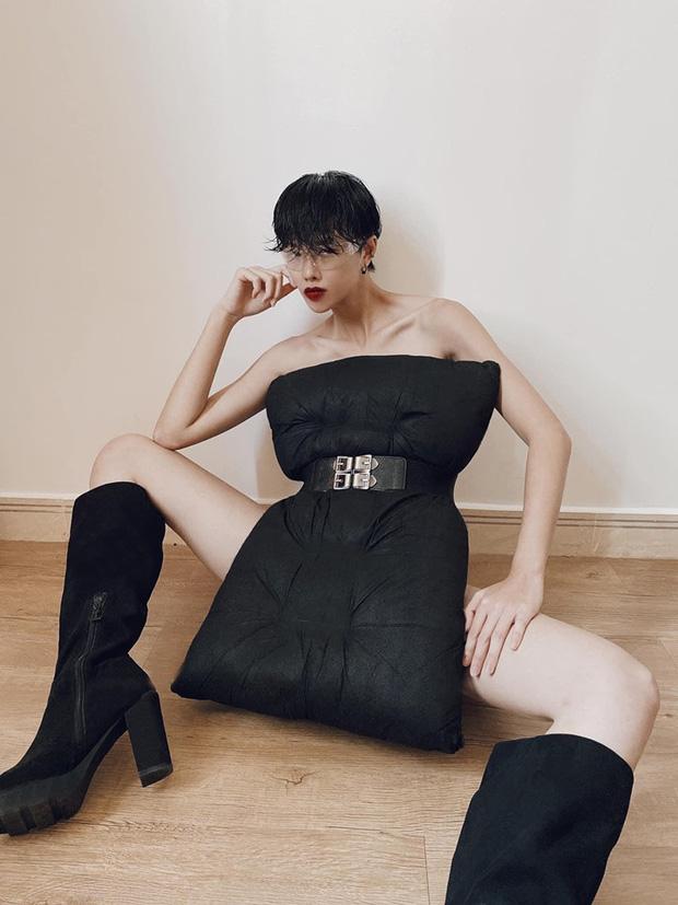 Nhưng chất nhất vẫn là Hà Kino, thực hiện thử thách mà như chụp bìa tạp chí. Thần thái sang chảnh cùng set 'váy gối' matching boots da lộn quá gối quá thừa độ chất cho một shoot hình tại gia.