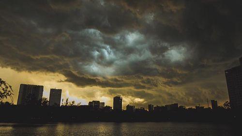 Hà Nội ngày nắng cháy da, tối mưa dông. Hình minh họa