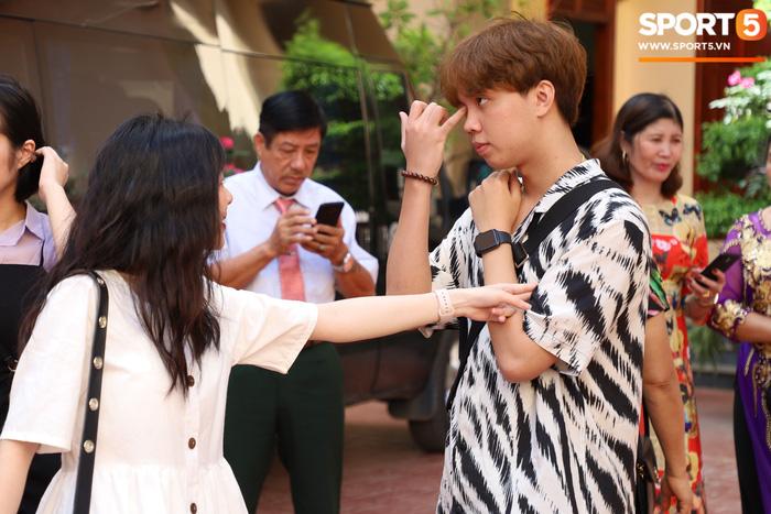 Sau chuyến du lịch khắp các tỉnh thành miền Trung và Nam, ADC và bạn gái Phan Kim Chung tới Mộc Châu để dự lễ ăn hỏi của Gấu, người chỉ một ngày nữa thôi sẽ chính thức chia tay đời sống độc thân.