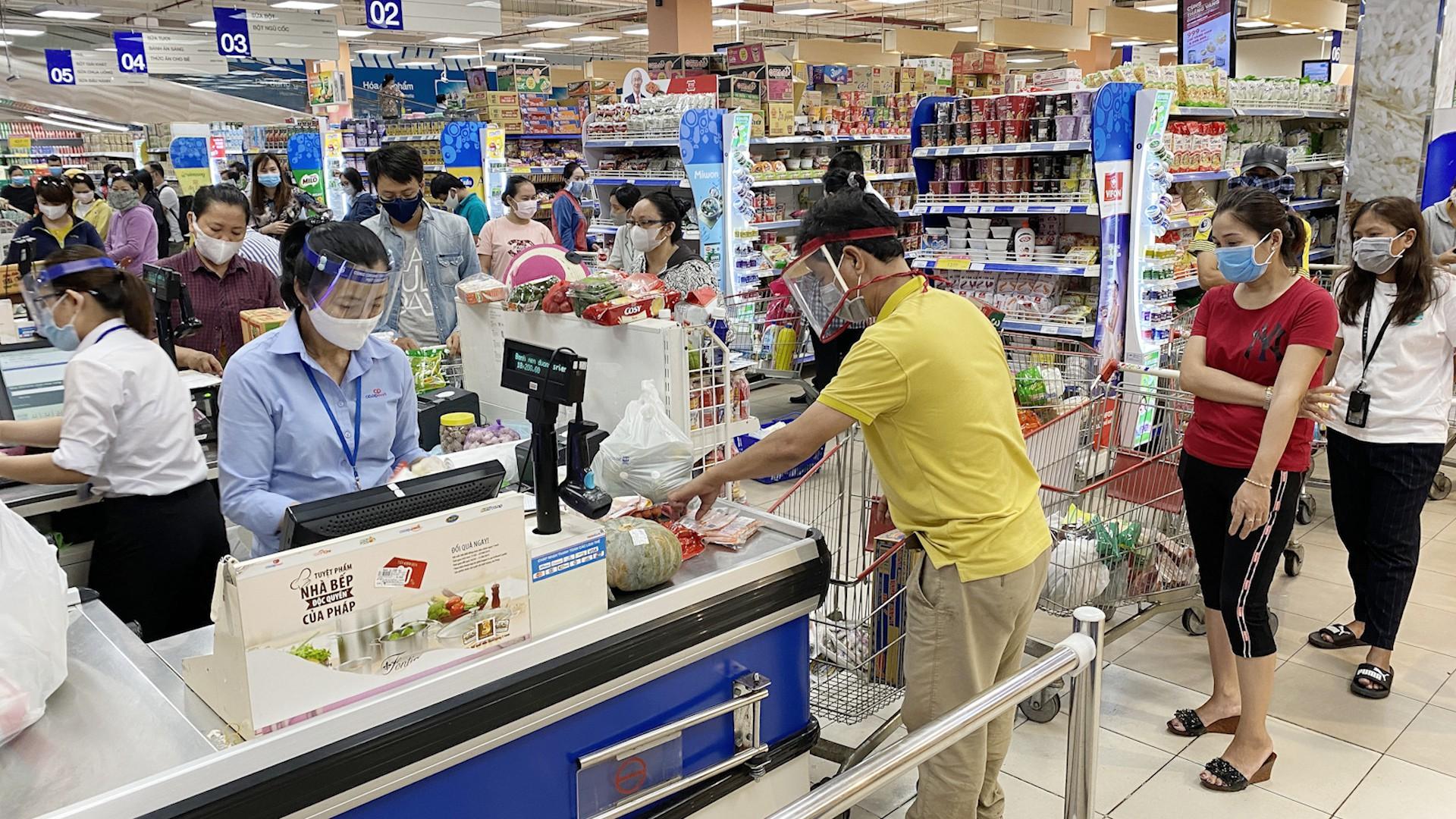 Cách ly xã hội: Dân kéo đi siêu thị, an tâm hàng hóa vẫn đủ