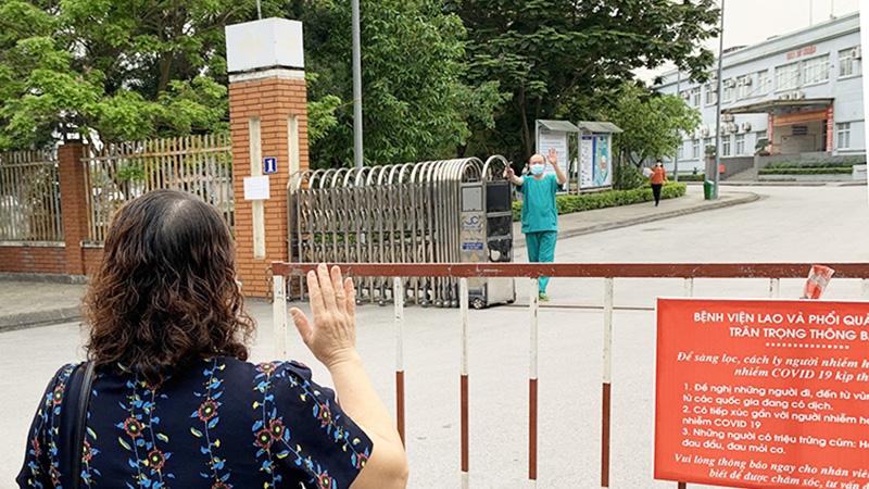 Xúc động hình ảnh bác sĩ Quảng Ninh vẫy tay chào vợ qua hàng rào cách ly sau 1 tháng không gặp