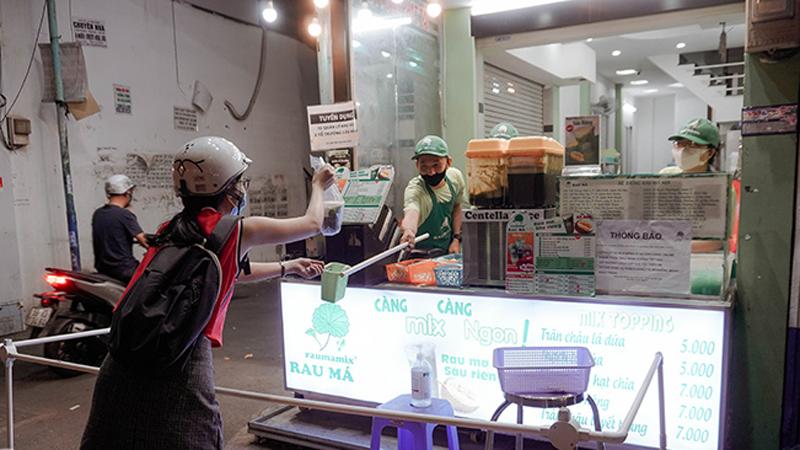 Đề phòng lây nhiễm virus corona, quán đồ uống ở Sài Gòn dùng cây dài 2m để giao đồ cho khách