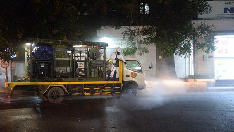 Binh chủng Hóa học tiến hành khử trùng toàn bộ khuôn viên Bệnh viện Bạch Mai