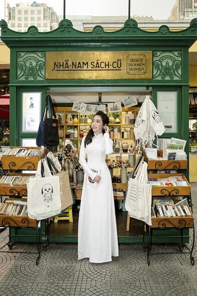 Elly Trần diện áo dài duyên dáng dạo phố Sài Gòn 3