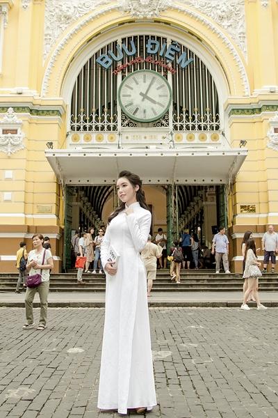 Elly Trần diện áo dài duyên dáng dạo phố Sài Gòn 1