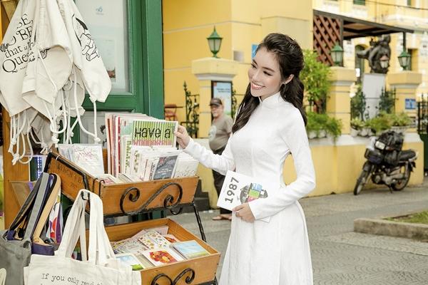 Elly Trần diện áo dài duyên dáng dạo phố Sài Gòn 2
