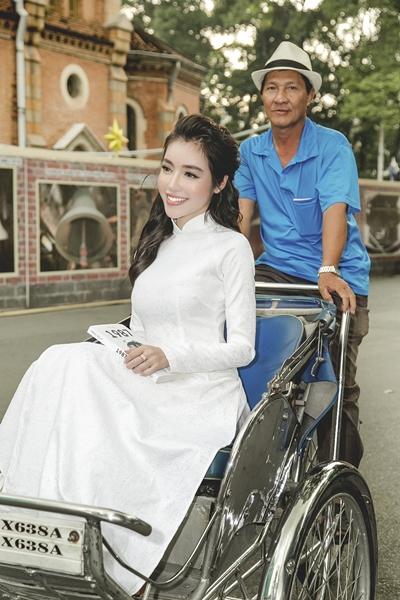 Elly Trần diện áo dài duyên dáng dạo phố Sài Gòn 4