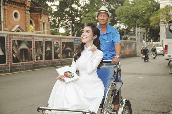 Elly Trần diện áo dài duyên dáng dạo phố Sài Gòn 5