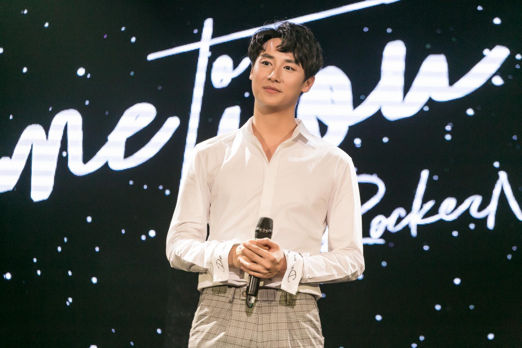 Rocker Nguyễn bảnh bao và thanh lịch với chiếc áo sơ mi trắng tại sự kiện.