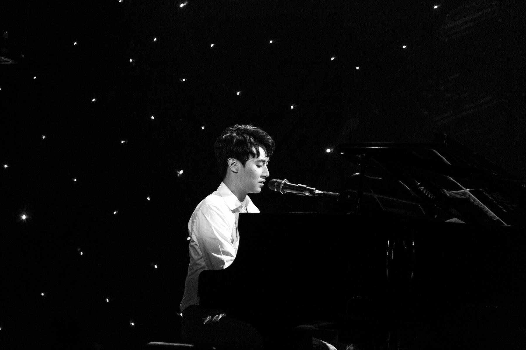 Rocker Nguyễn đốn tim fan khi vừa hát, vừa trổ tài đệm đàn piano điêu luyện 3