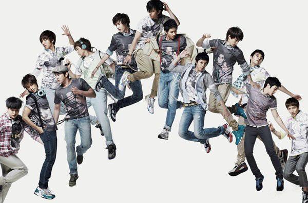 Super Junior với đầy đủ 13 thành viên.