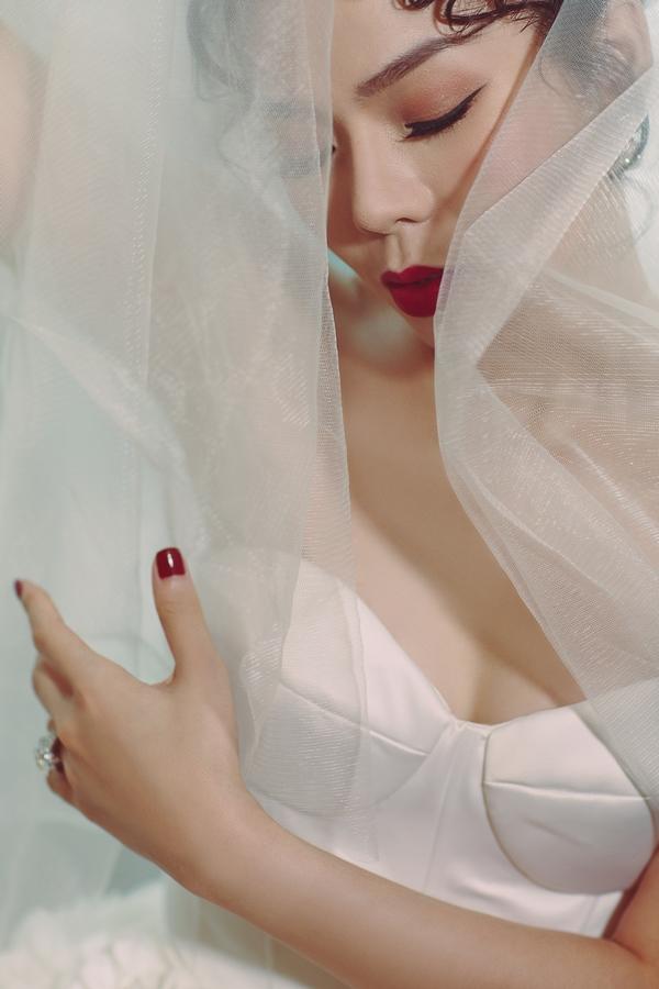 Lệ Quyên diễn tả thành công sự e ấp như một cô dâu mới nhưng có vẫn có nét quyến rũ riêng của người phụ nữ đã trưởng thành.