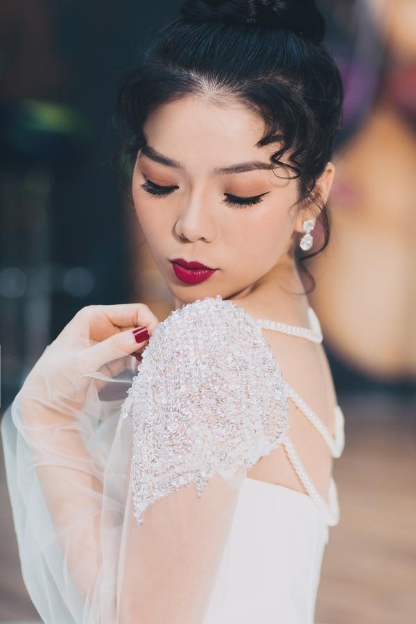 Ít ai biết, nhiếp ảnh gia thực hiện bộ ảnh áo cưới này của nữ ca sĩ họ Vũ là Đoàn Anh Tuấn - người bạn thân lâu năm của cô. Cũng chính anh là người chụp lại hầu hết những hình ảnh quan trọng nhất trong sự nghiệp ca hát của giọng ca 'Tình Lỡ'.