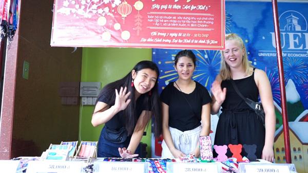 Tình nguyện viên quốc tế tham gia cùng sinh viên