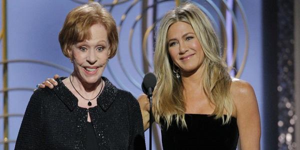 Jennifer Aniston và Carol Burnet trên sân khấu.