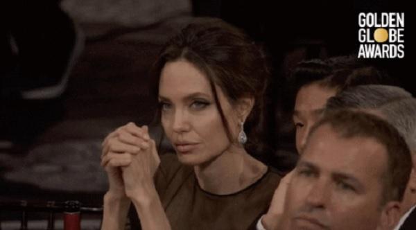 Một biểu cảm khác của Angelina Jolie trong lễ trao giải.