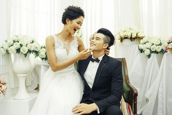 Những bức ảnh H'Hen Niê mặc váy cưới được chia sẻ rầm rộ trên mạng xã hội.