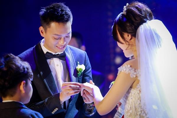 Nhật Anh Trắng hạnh phúc cùng cô dâu Trang Đinh trong ngày cưới 6