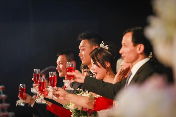 Nhật Anh Trắng hạnh phúc cùng cô dâu Trang Đinh trong ngày cưới 10