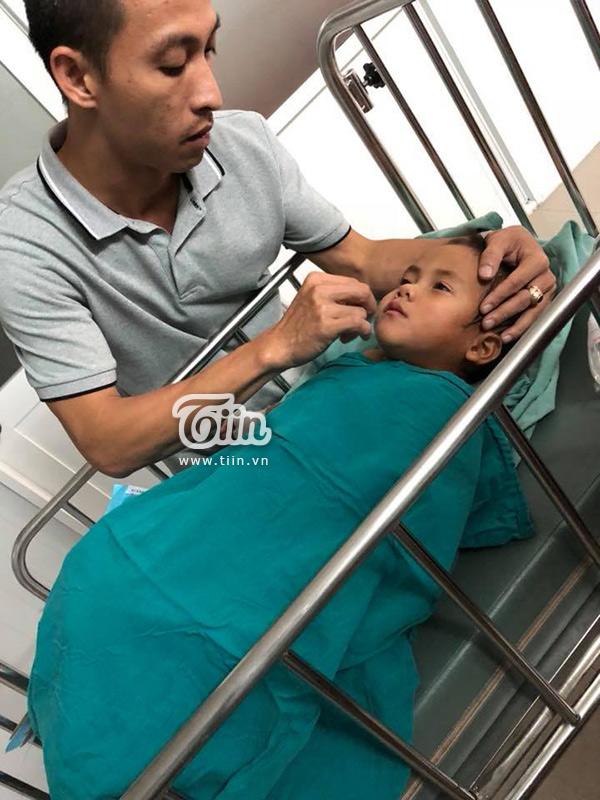 Anh Quốc Tín - chồng chị Phương -chăm sóc bé khi chuẩn bị với ca mổ đầu tiên