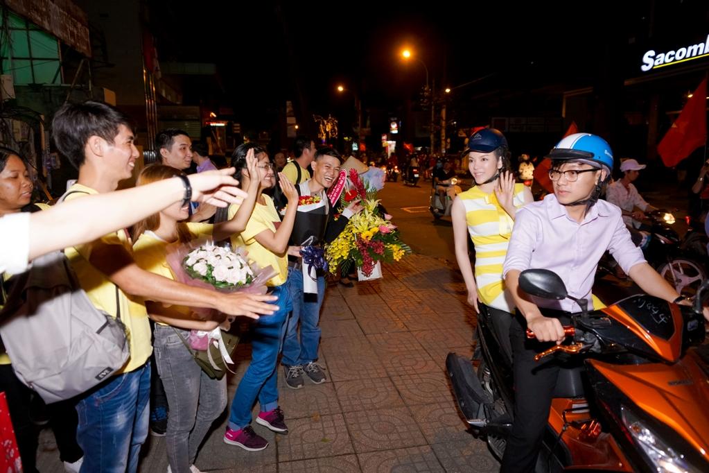 Lý Nhã Kỳ ngồi xe máy đến gặp fan vì đường quá đông.