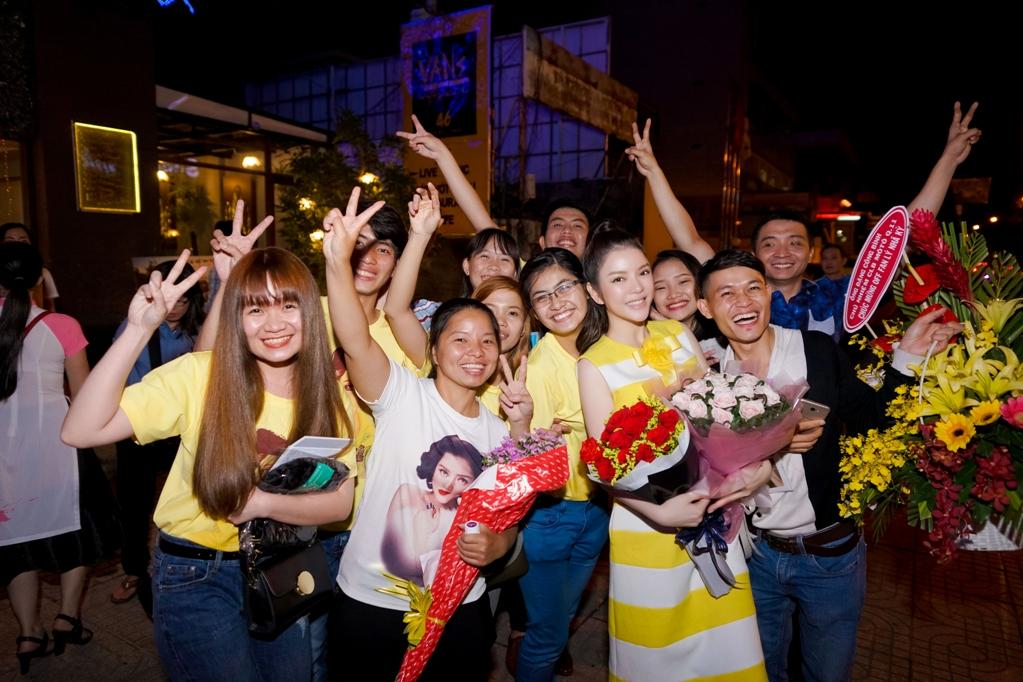 Lý Nhã Kỳ cũng đã dành gần một giờ đồng hồ chụp ảnh với từng fan, cũng như gửi lời chúc Tết Nguyên đán đến mọi người.