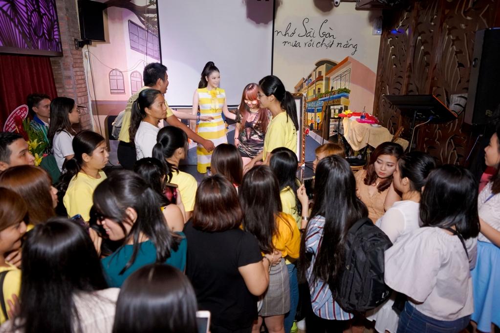 Lý Nhã Kỳ tham gia các trò chơi với fan và ghi điểm bởi sự thân thiện, hoạt ngôn, hết mình cùng fanclub.
