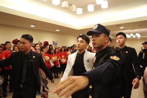 Anh có mặt từ sớm, chuẩn bị cho buổi biểu diễn chào đón các cầu thủ U23 Việt Nam trở về sau giải đấu bóng đá các nước châu Á.