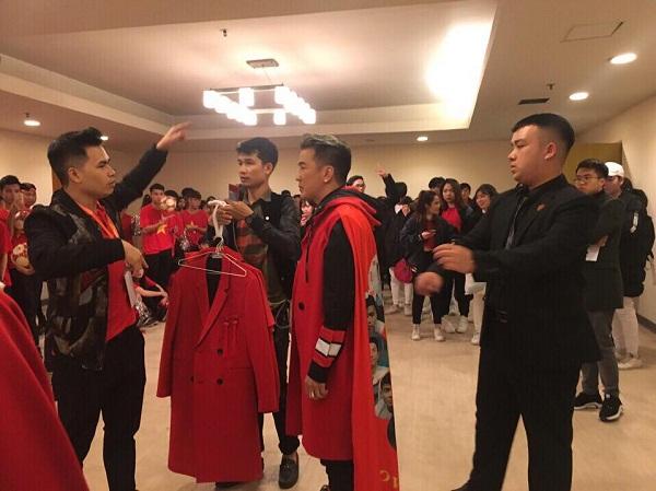 Đàm Vĩnh Hưng diện áo choàng in hình ĐT U23 Việt Nam trong đêm vinh danh 2